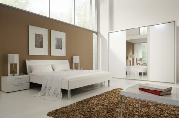Doppelbett mit gepolsterter Rückenlehne